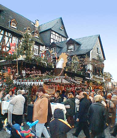 weihnachtsmarkt der nationen auf dem marktplatz in. Black Bedroom Furniture Sets. Home Design Ideas